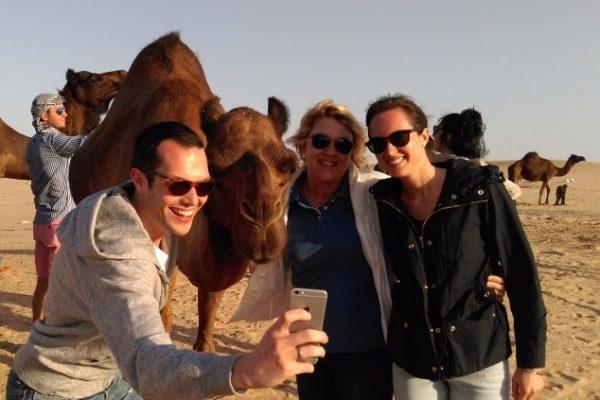 Momento spensierato con i miei figli e con un cammello  nvadente e vanitoso.
